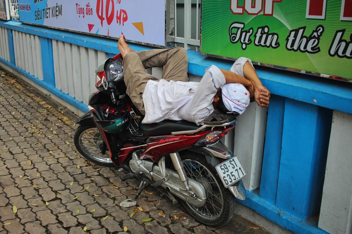 xeom-vietnam-saigon-dors-bras-croises