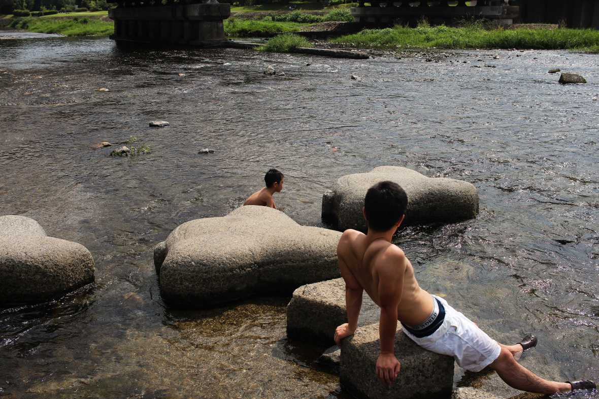 laurent ibanez derriere la colline kamogawa kyoto baignade
