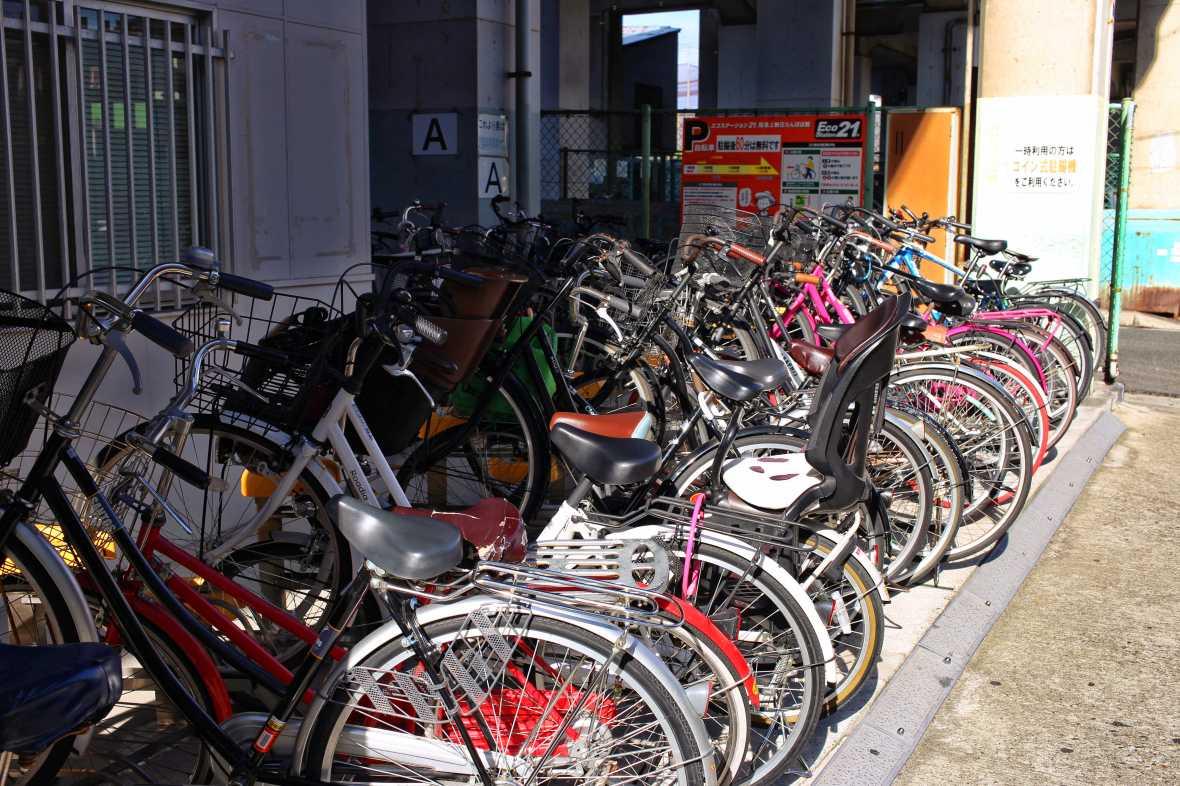 laurent ibanez derriere la colline japon au quotidien parking velo