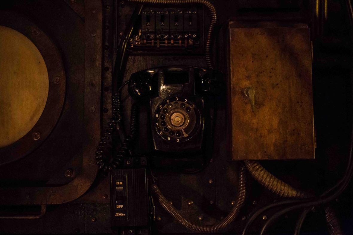 laurent Ibanez derriere la colline sous marin osaka détails téléphone.jpg