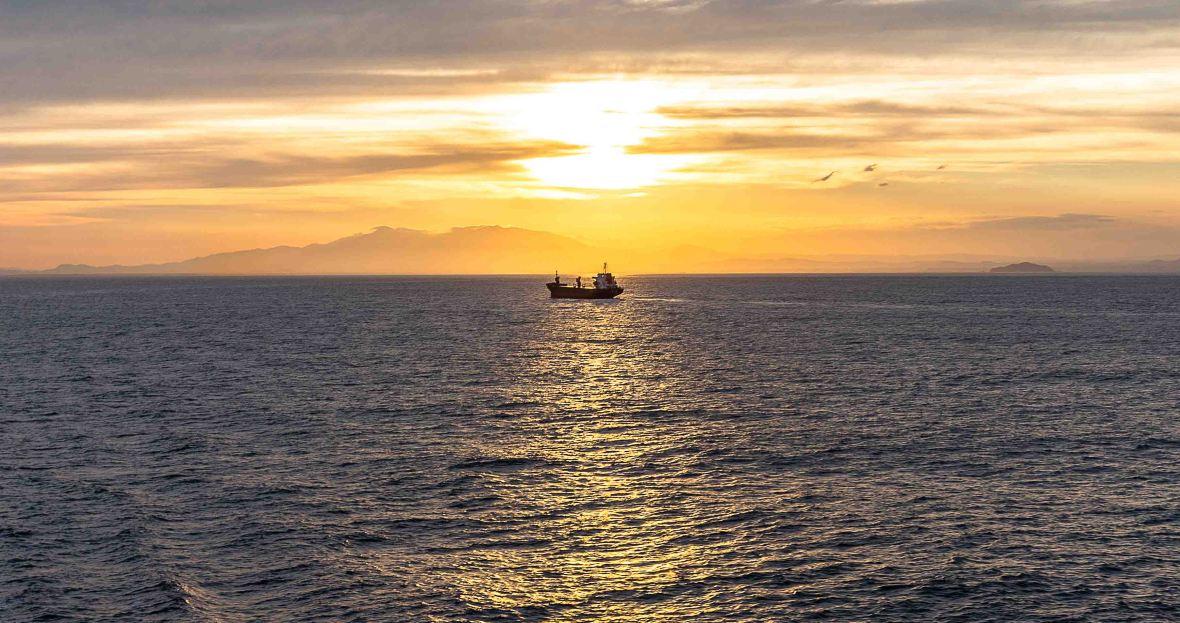 laurent ibanez derriere la colline voyage bateau couché de soleil
