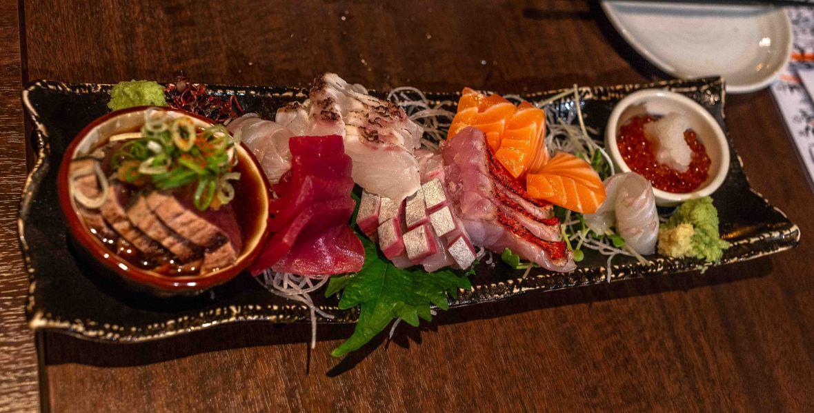 laurent ibanez derriere la colline délices d'Izakaya assiette de sashimis