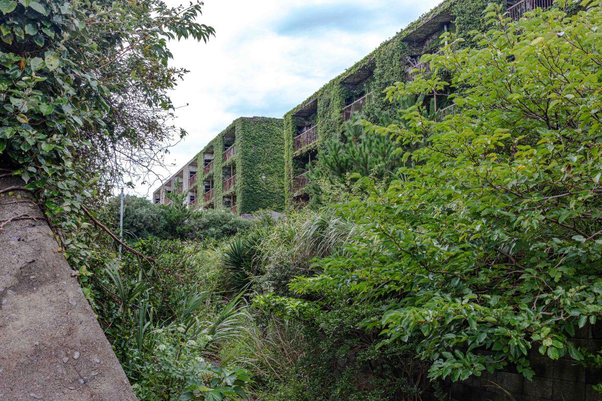 Laurent Ibanez Derriere la colline Ikeshima allée d'immeubles abandonnés
