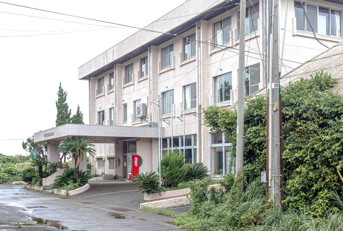 Laurent Ibanez Derriere la colline Ikeshima dernier hotel