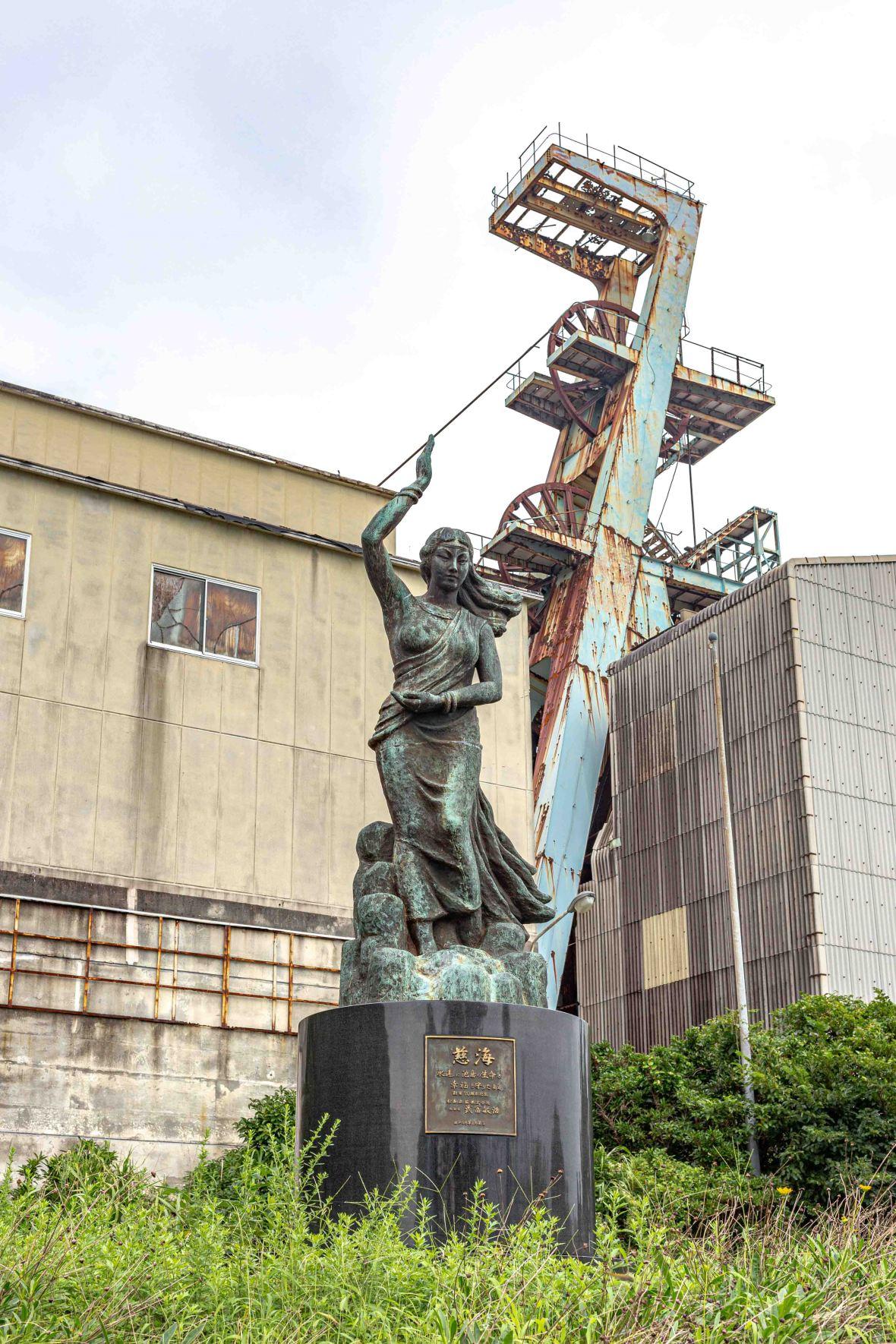 Laurent Ibanez Derriere la colline Ikeshima deuxiéme puit et statue