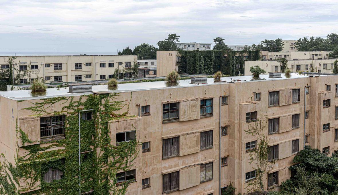 Laurent Ibanez Derriere la colline Ikeshima immeubles à l'abandon
