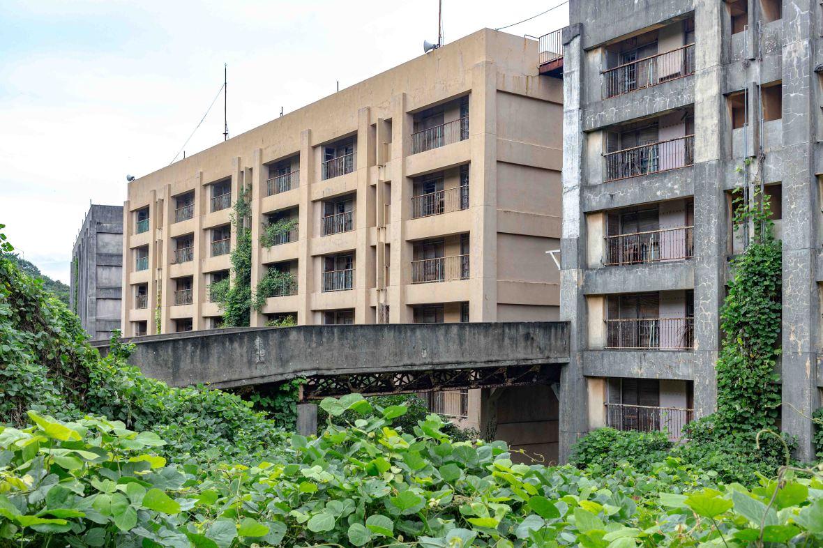 Laurent Ibanez Derriere la colline Ikeshima immeubles à l'abandon3