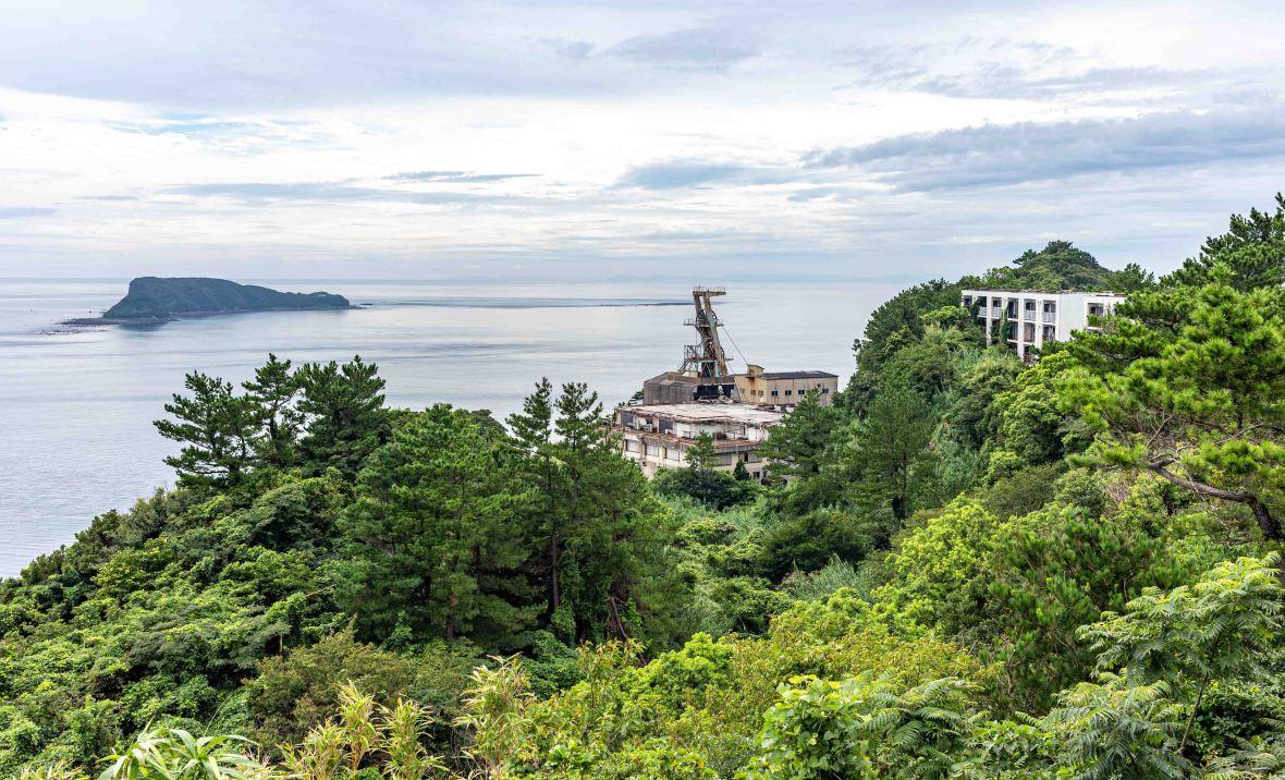 Laurent Ibanez Derriere la colline Ikeshima l'autre puit construit en 1985