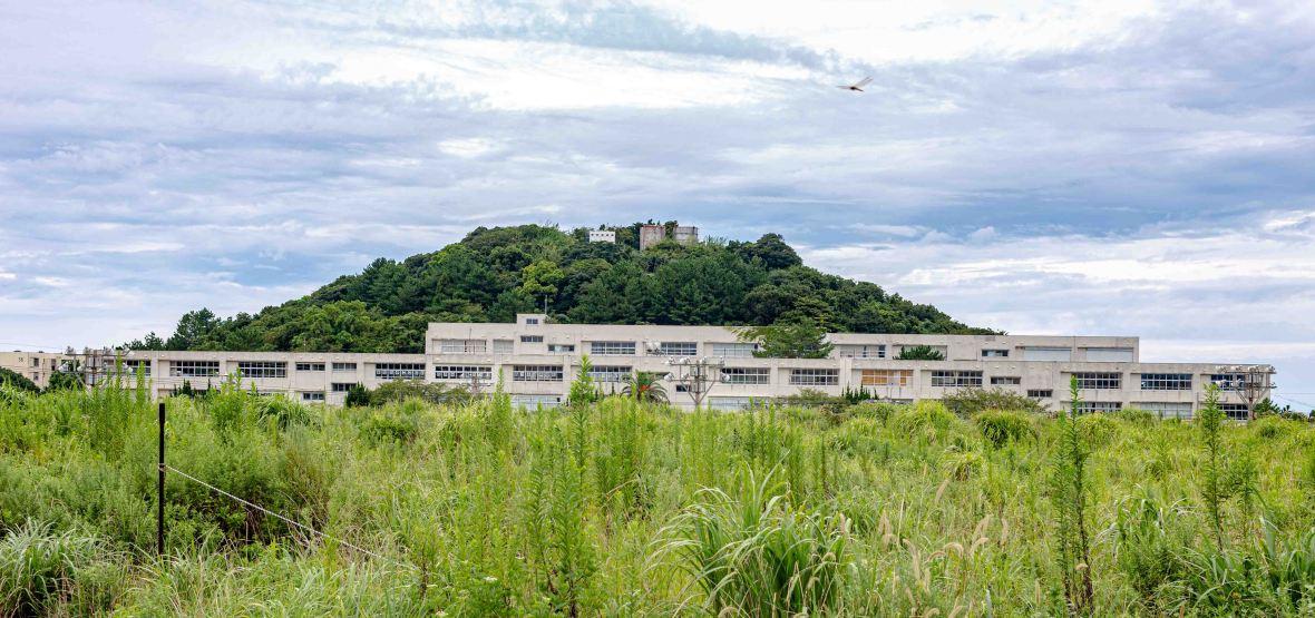 Laurent Ibanez Derriere la colline Ikeshima l'école