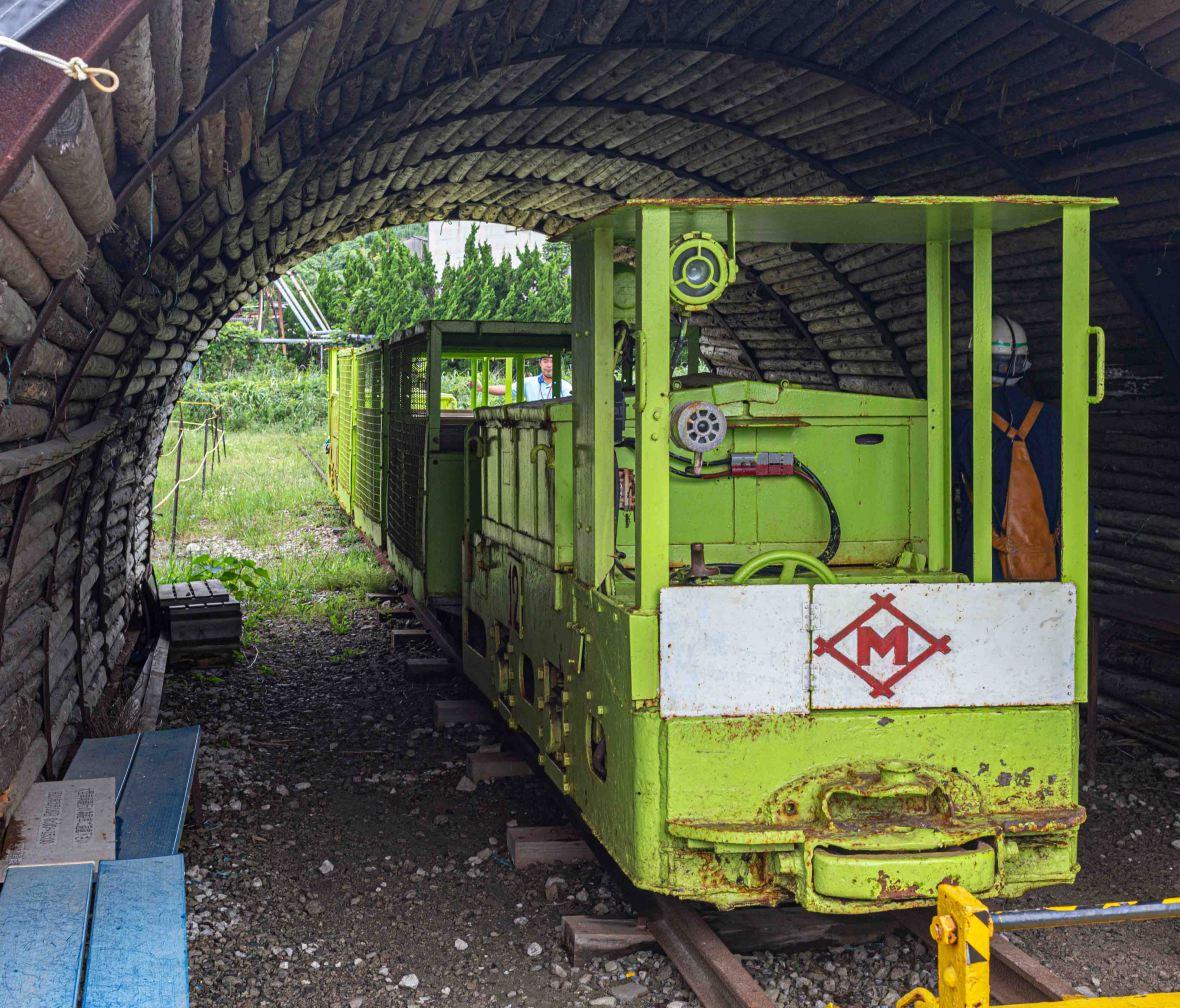 Laurent Ibanez Derriere la colline Ikeshima train mine
