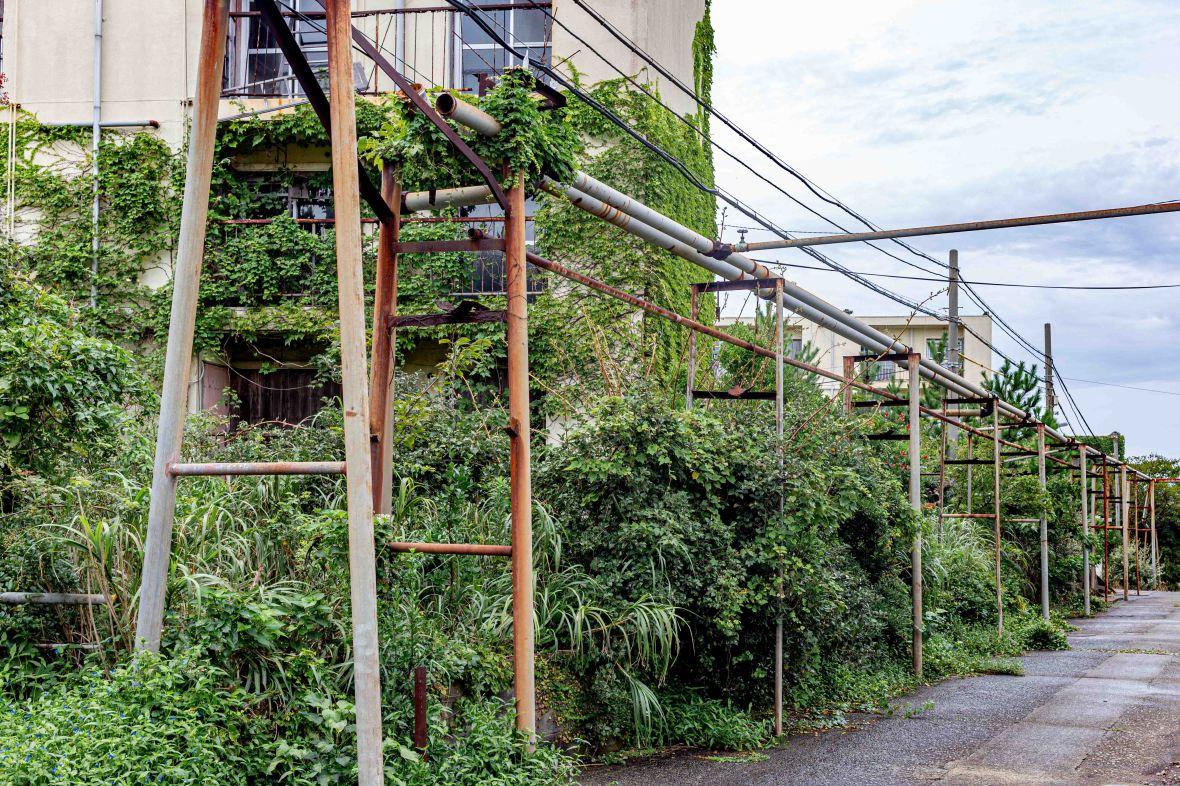 Laurent Ibanez Derriere la colline Ikeshima tuyaux d'alimentations en eau